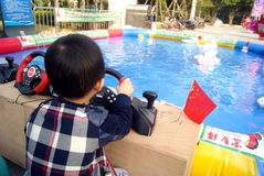 Shenzhen, porcelana: bawić się jacht chłopiec Zdjęcie Stock