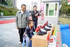 Shenzhen, porcelana: bawić się jacht chłopiec Obrazy Stock