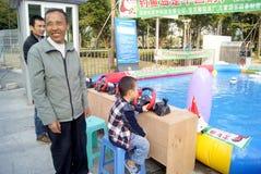Shenzhen, porcelana: bawić się jacht chłopiec Zdjęcia Royalty Free