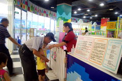 Shenzhen porslin: barns lekplats Arkivbild