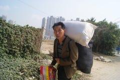 Shenzhen porslin: migrerande arbetstagare som hem går tillbaka Arkivfoton