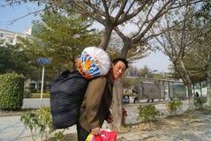 Shenzhen porslin: migrerande arbetstagare som hem går tillbaka Royaltyfria Foton