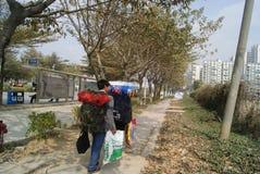 Shenzhen porslin: migrerande arbetstagare som hem går tillbaka Arkivbilder