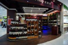 Shenzhen porslin: rött vin shoppar Royaltyfria Bilder