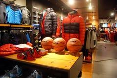 Shenzhen porslin: sportklädlager royaltyfri foto