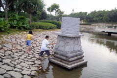 Shenzhen porslin: två barn i pöllek som är farlig Royaltyfria Foton