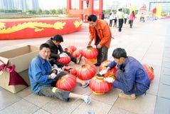 Shenzhen-Porzellan: bereiten Sie vor, um rote Laterne zu hängen Stockbilder