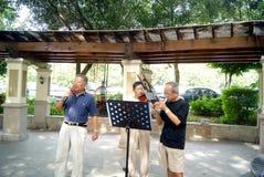 Shenzhen-Porzellan: der alte Mann, der Lieder spielt Lizenzfreies Stockfoto