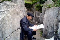 Shenzhen-Porzellan: der alte Mann las die Zeitung Lizenzfreie Stockfotografie