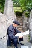 Shenzhen-Porzellan: der alte Mann las die Zeitung Lizenzfreie Stockfotos