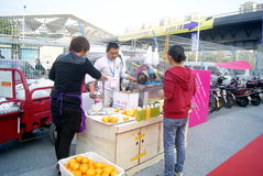 Shenzhen, Porzellan: Feldverkaufs-Zuckerzuckerrohrsaft Lizenzfreie Stockbilder