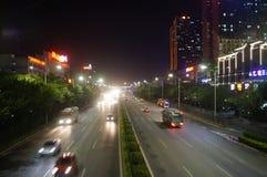 Shenzhen, Porzellan: Straßen-Nachtlandschaft des Staatsangehörigen 107 Stockfotografie
