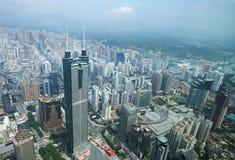Shenzhen stad i dagljus. Fågelsikt Arkivfoton