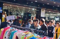 Shenzhen, Κίνα: Εμπορικό για τους πεζούς τοπίο οδών Xixiang Στοκ Φωτογραφίες
