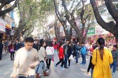 Shenzhen, Κίνα: Εμπορικό για τους πεζούς τοπίο οδών Xixiang Στοκ Εικόνα