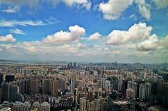 Shenzhenhorizon met bewolkte hemel stock afbeeldingen