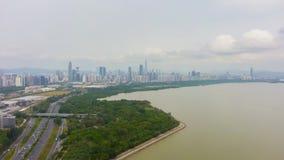 Shenzhenstad bij Dag De Stedelijk Horizon van het Futiandistrict en Baaipark China Lucht Mening stock footage