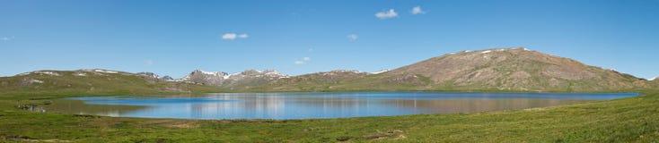 Sheosar Jeziorna panorama, Deosai park narodowy, Pakistan obrazy stock