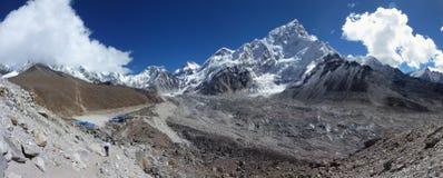 Shep y soporte Lhotse de Gorak con el cielo azul y las nubes grandes, viaje del campo bajo de Everest, Nepal fotografía de archivo libre de regalías