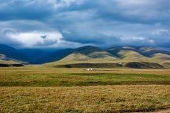 Shepherds cabanas do ` no platô em montanhas de Ketmen, Cazaquistão Imagem de Stock