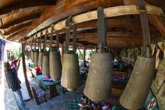 Shepherds campanas en la taberna búlgara del campo fotografía de archivo