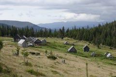 Shepherds las chozas, montañas de Apuseni, Rumania imagen de archivo