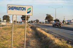 Shepparton在入口的镇标志对Shepparton,澳大利亚 免版税库存图片