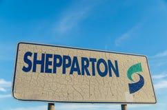 Shepparton在入口的镇标志对Shepparton,澳大利亚 库存照片