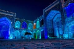 Sher-Dor Madrasah alla notte, Samarcanda, l'Uzbekistan Fotografie Stock