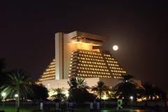 Sheraton hotell på natten, Doha Qatar Royaltyfria Bilder