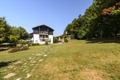 SHERBA,保加利亚, 2015年8月10日:Sherba生物复合体的庭院8月10日的 库存照片