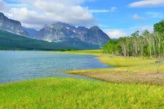 Sherburne湖在冰川国家公园 免版税库存照片