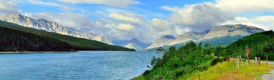 Sherburne湖的全景在冰川国家公园 库存图片