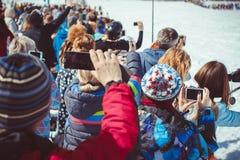 Sheregesh,克麦罗沃地区,俄罗斯- 2016年4月16日:在滑雪下降期间,关闭有智能手机的录音录影 图库摄影