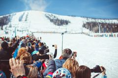 Sheregesh,克麦罗沃地区,俄罗斯- 2016年4月16日:在滑雪下降期间,关闭有智能手机的录音录影 免版税图库摄影
