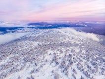 Sheregesh, Kemerovo, la Russie, montagnes de bourdon de vue aérienne et forêt, photos libres de droits