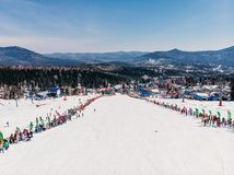 Sheregesh, Kemerovo region Rosja, Kwiecie?, - 13, 2019: Grelka Fest snowboard i narty je?dzowie w bikini powietrzni alps sun? now zdjęcie stock