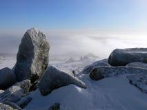Sheregesh. Piedra grande encima de la montaña. Foto de archivo libre de regalías