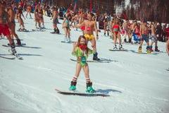 Sheregesh, Rosja - 16 04 2016: w swimsuit na skłonach Obrazy Royalty Free