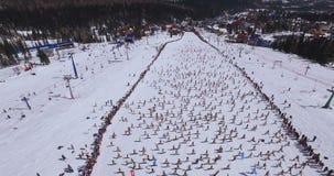 SHEREGESH, RUSSIE - 16 avril 2016 : Montagne Zelyonaya - festival de ski banque de vidéos