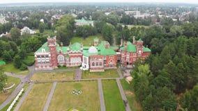 Sheremetev slottslott och att parkera helheten i byn av Yurino på banken av Volgaen, molnigt väder på lager videofilmer