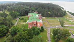 Sheremetev slottslott och att parkera helheten i byn av Yurino på banken av Volgaen, molnigt väder på stock video
