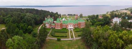 Sheremetev slottslott och att parkera helheten i byn av Yurino på banken av Volgaen, molnigt väder på royaltyfri foto