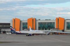 Sheremetyevo, Mosca, Russia - 1° luglio 2017: Aereo passeggeri su servizio all'aeroporto Fotografie Stock Libere da Diritti