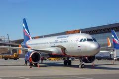 SHEREMETYEVO, MOSKWA region ROSJA, KWIECIE?, - 28, 2019: Aeroflot linii lotniczych lota samolot oczekuje aborda?y pasa?er?w w She zdjęcie stock