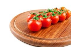 Sheri de tomates sur le panneau de découpage en bois Photographie stock libre de droits
