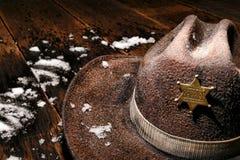Sheriff del oeste americano Badge en el sombrero y la nieve del invierno Imagen de archivo libre de regalías