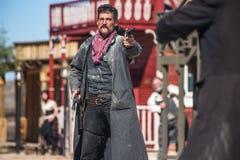 Sheriff Duels Bandit in der Stadt Lizenzfreie Stockfotos