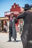 Sheriff Duels Bandit i stad Royaltyfri Bild