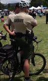 Sheriff en las bicis imagenes de archivo